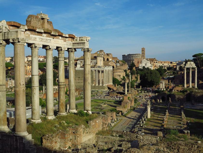 Forum Romanum. Tempel des Vespasian und des Titus (links), dahinter Tempel des Antoninus Pius und der Faustina, im Hintergrund das Kolosseum