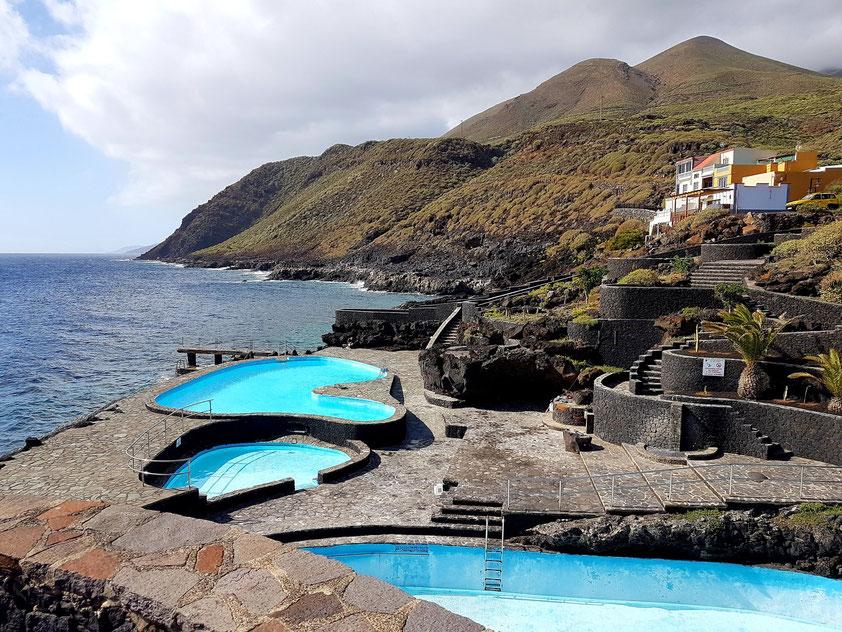 Zwei öffentliche Pools und ein Planschbecken in der Badebucht von La Caleta