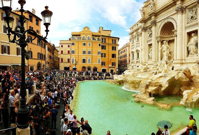 Massentourismus vor der Fontana di Trevi