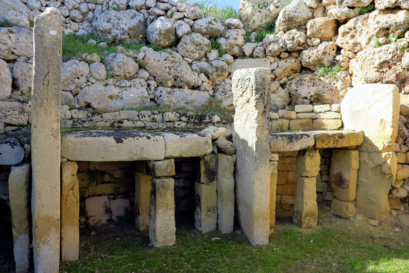 In der linken Kammer des kleeblattförmigen Heiligtums des Südtempels steht ein doppelstöckiger Trilithaltar, dessen Deckplatte fehlt.