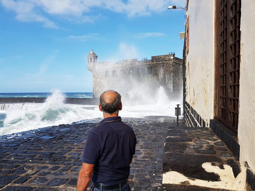 Hafen von Puerto de la Cruz bei schwerem Seegang