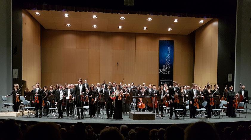 Applaus nach dem Brahms-Violinkonzert für Viktoria Eberle, das Philharmonische Staatsorchester Hamburg und seinen Chefdirigenten Kent Nagano