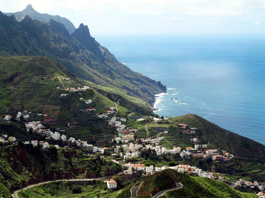 Im Anaga-Gebirge. Blick von der Straße TF-134 auf das Dorf Taganana und die Nordküste von Teneriffa