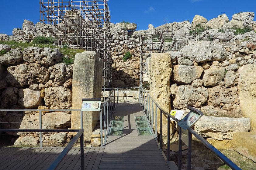 Megalithtempel von Ggantija, Mitte des 4. Jt. vor Chr., Hauptachse des Südtempels. Zwei Orthostaten bilden einen Gang ins Tempelinnere.