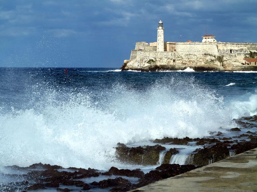 Am Malecón bei starkem Wellengang, im Hintergrund das Castillo de los Tres Reyes del Morro an der Hafeneinfahrt