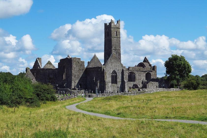 Quinn Abbey, ein ehemaliges Franziskanerkloster in Quin im County Clare, eröffnet 1433