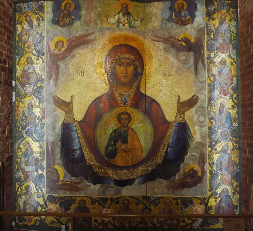 Teppich mit ikonographischer Dartstellung der Muttergottes im unteren Geschoss der Basilius-Kathedrale