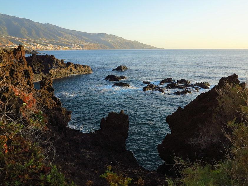 Blick von Los Cancajos nach Santa Cruz de la Palma und auf die Ostküste