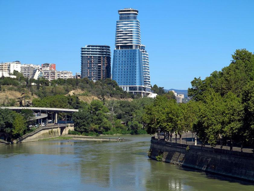 Blick von der Galaktion Tabidze Bridge nach NW auf die moderne Architektur