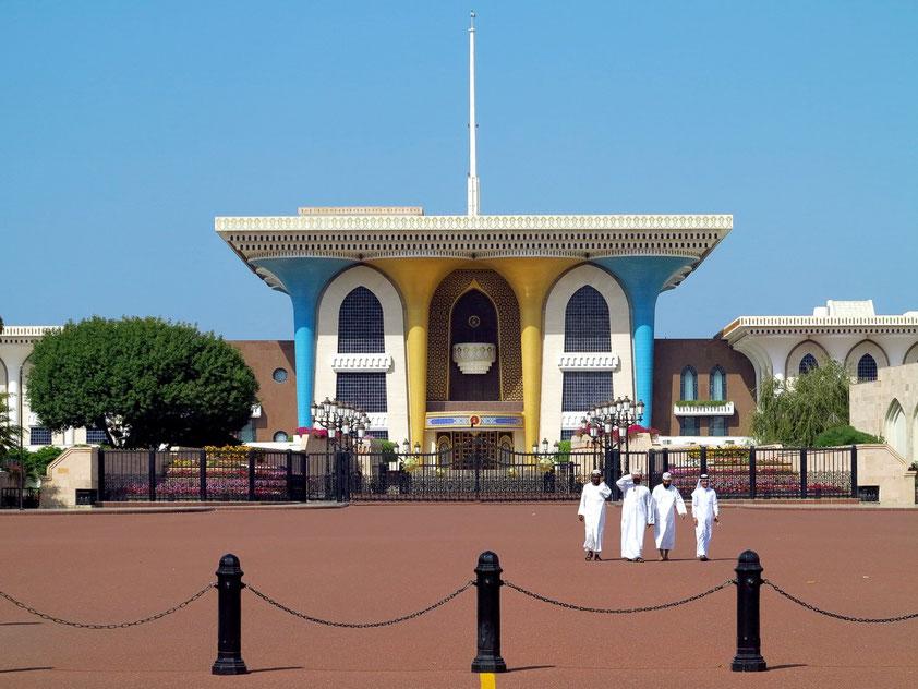 Der Qaṣr al-ʿalam (Flaggen-Palast) ist der repräsentative Palast von Sultan Qabus im Herzen von Alt-Maskat. Die 1972 erbaute Palastanlage ist ein schönes Beispiel für moderne islamische Architektur.