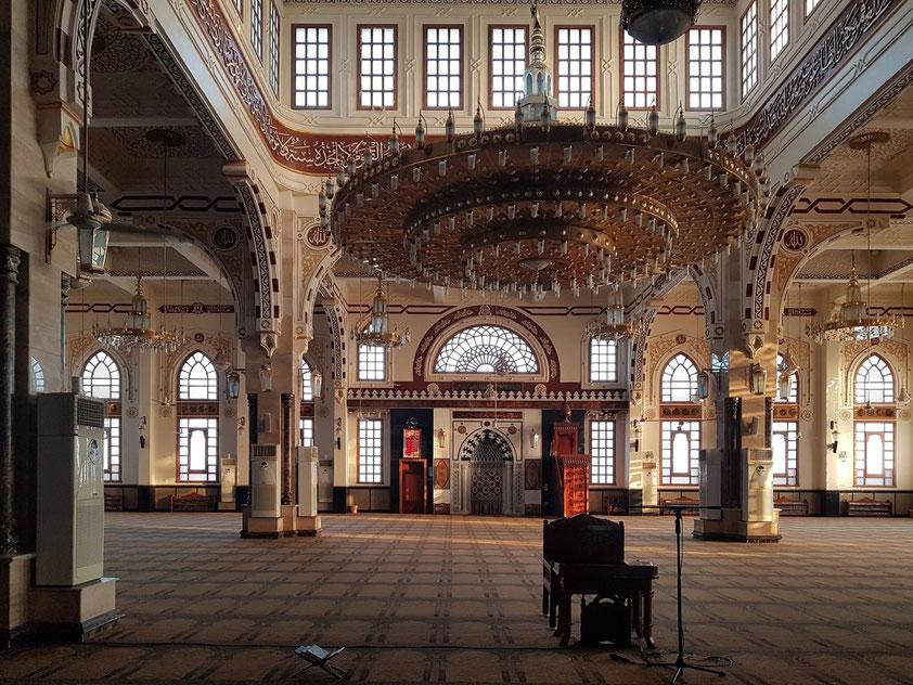 Hurghada. Große Gebetshalle der Moschee El Mina Masjid, mit Mirab und Mimbar