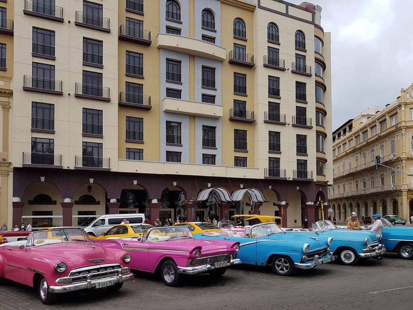 Amerikanische Oldtimer aus den 1950er Jahren vor dem Hotel Parque Central