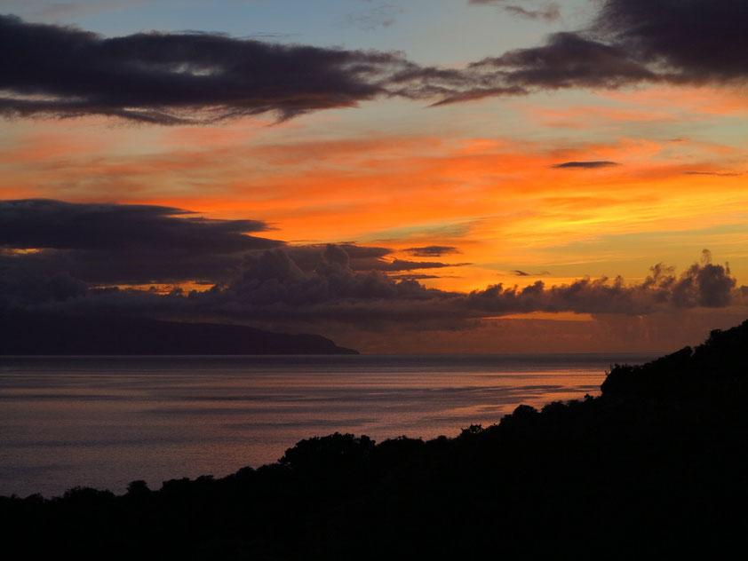 Sonnenaufgang über Pico, am Horizont links die Nachbarinsel São Jorge