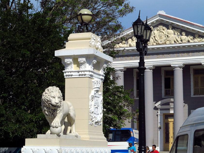 Cienfuegos, Plaza de Armas (Parque Martí), Universität Colegio San Lorenzo, Leben rund um den Platz