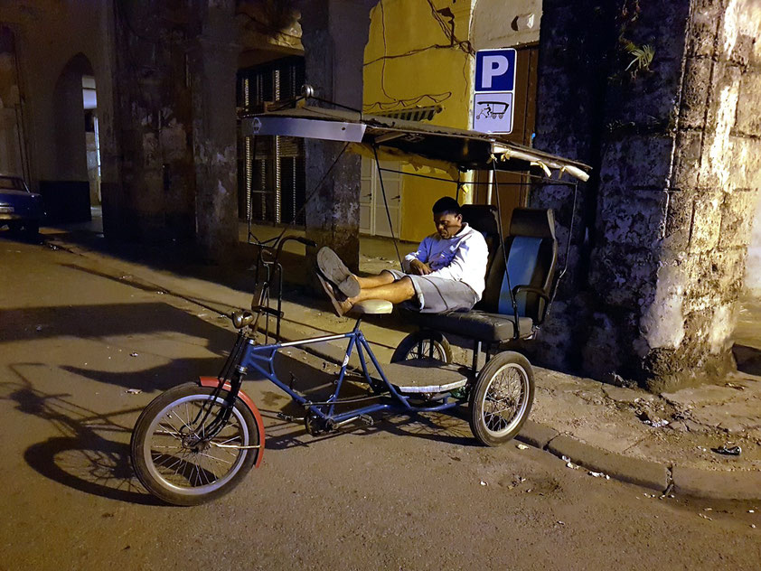 Um Mitternacht: Der letzte Rikscha-Fahrer an der Plaza del Cristo