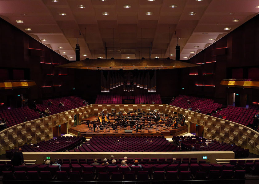 De Doelen, Großer Saal mit 2242 Plätzen, der größte Konzertsaal in den Niederlanden, Blick von der Tribüne auf die Bühne
