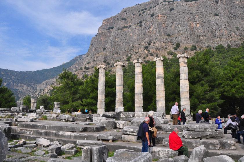 Ruine des Athena-Tempels mit wiederaufgerichteten Säulen mit ionischem Kapitell, erbaut im 4. Jh. v.Chr.. Auf dem Felsen im Hintergrund befand sich die Akropolis.