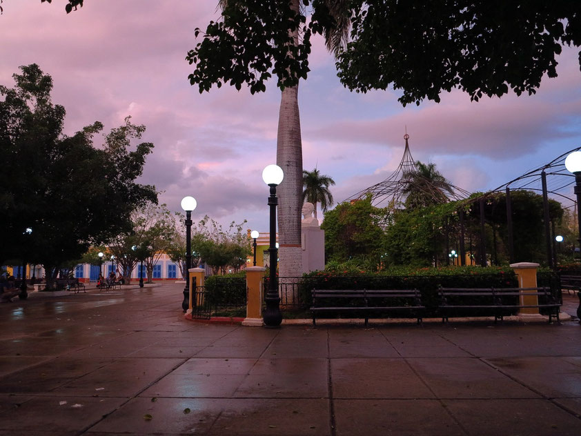 Trinidad, Plaza Carillo nach Sonnenuntergang