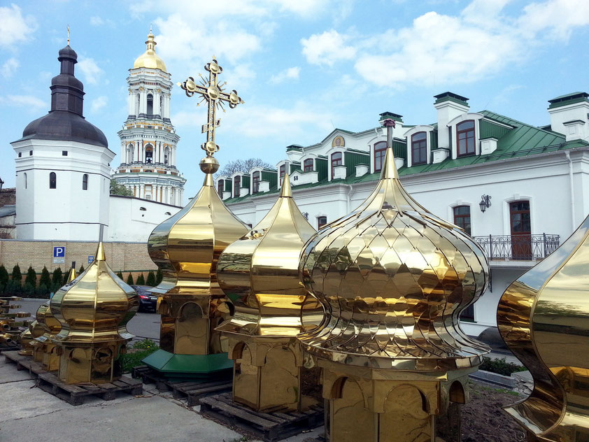 Verkauf von Kuppeln aus Messing auf dem Gelände des Höhlenklosters