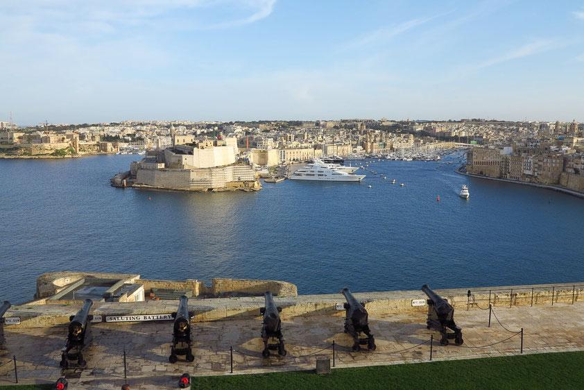 Blick von Upper Barrakka Gardens nach Osten auf den Grand Harbour, die Halbinseln Il-Birgu mit dem Fort Sant' Anglu (links) und L-Isla (rechts)
