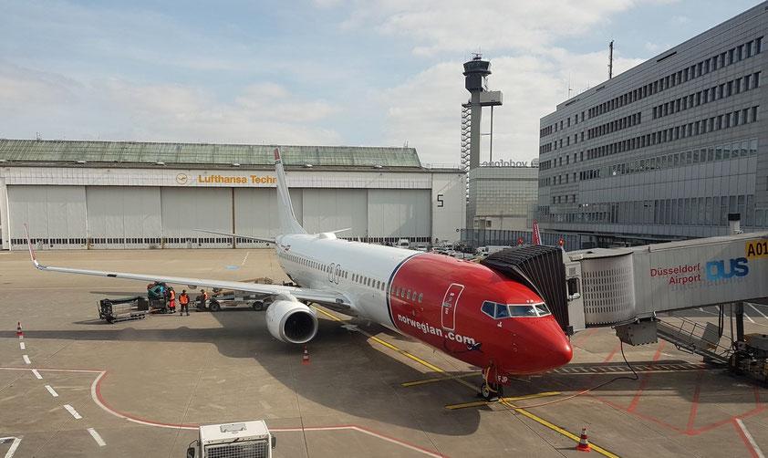 Düsseldorf-Flughafen. Unsere Boeing 737-800 der Norwegian Air International nach Teneriffa Süd