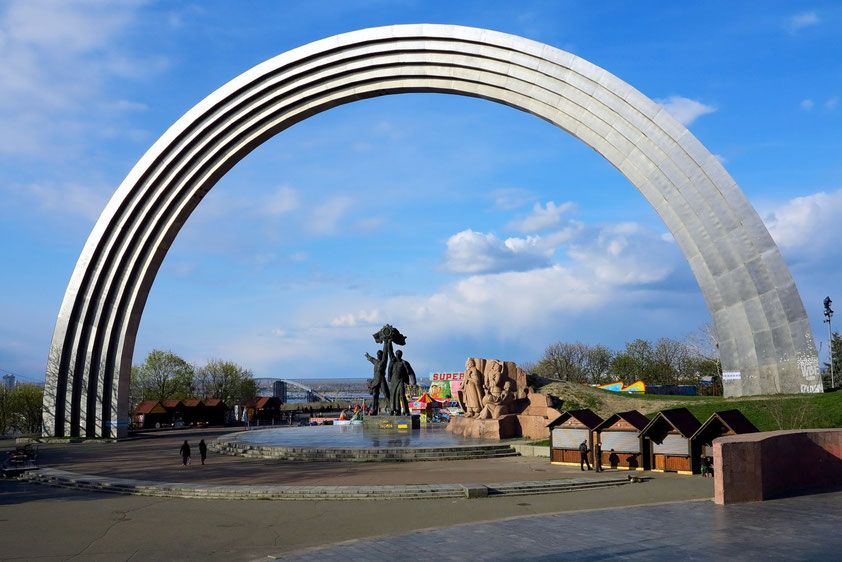 Der Bogen der Völkerfreundschaft (zwischen Russen und Ukrainer) im Chreschtschatyj-Park stellt einen Regenbogen aus Titan mit einem Durchmesser von 60 Metern dar. Errichtet 1978 bis 1982 in Vorbereitung auf die 1500-Jahr-Feier von Kiew
