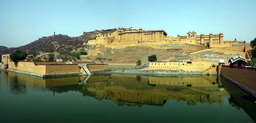 Panoramablick auf Amber-Fort mit dem Maotha-See und dem Kesar Kyari Garten (links)