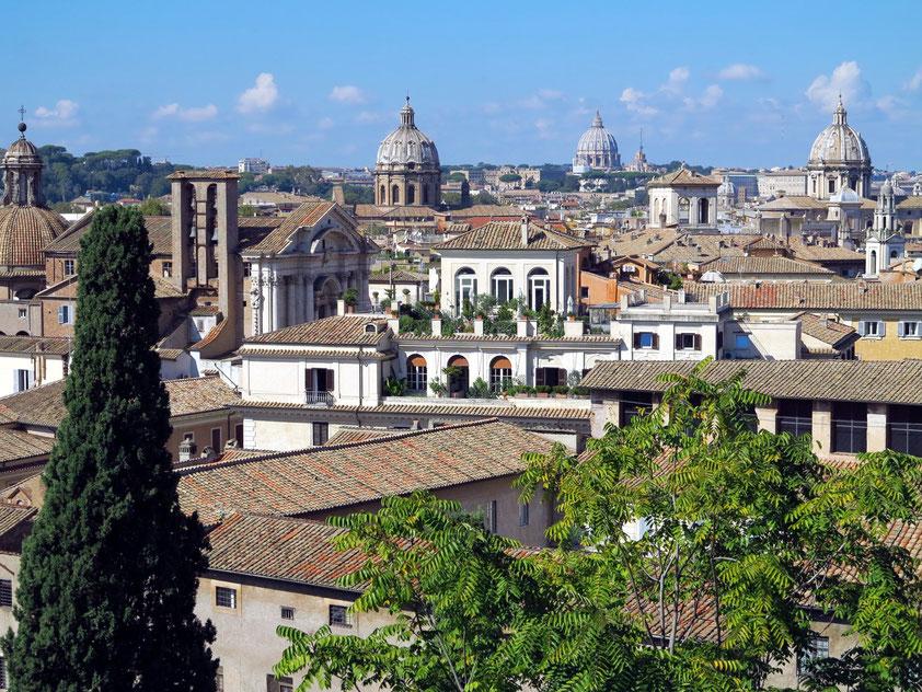Blick von der Terrazza Caffarelli auf Dächer und Kuppeln von Rom
