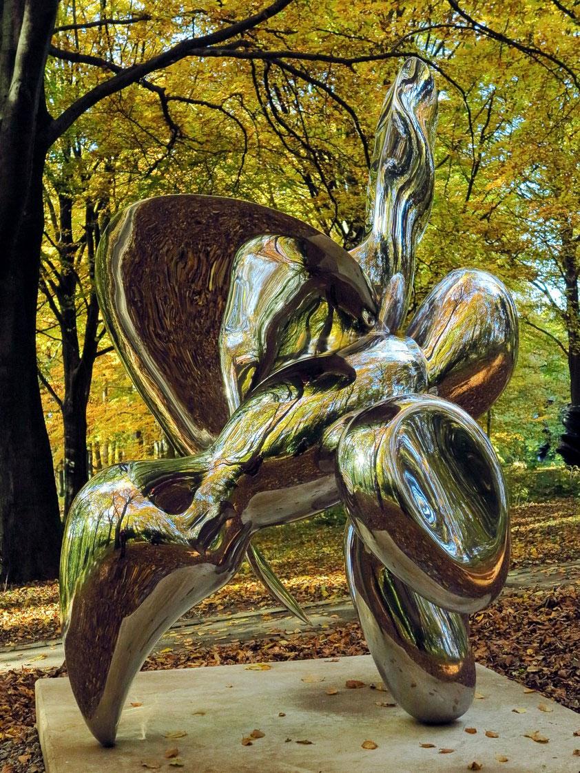 Skulptur von Tony Cragg. Erinnerung an Almut, die Künstlerin, anlässlich meines Besuches mit Anke und Rolf Geßmann am 27.10.2015 im Skulpturenpark Waldfrieden in Wuppertal