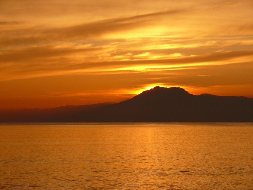 Sonnenuntergang bei Kemer an der Türkischen Riviera), Blick von Belek auf den Tahtalı Dağı (Tahtalı-Berg, 2366 m), den dominierenden Gipfel des Gebirgszugs Bey Dağları
