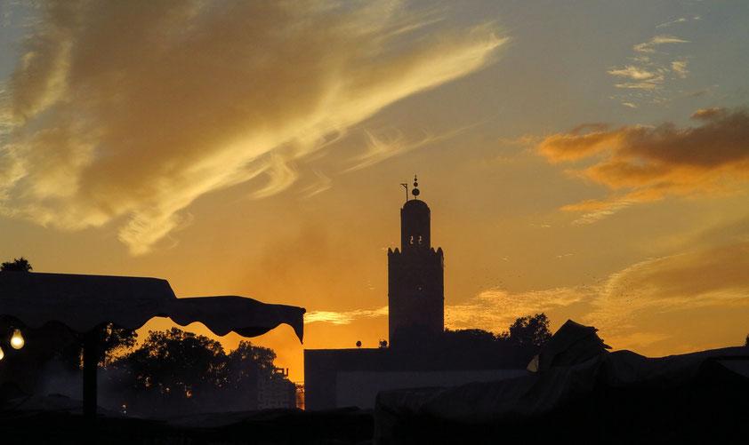 Marrakesch. Abendstimmung auf dem Platz Djemaa el Fna, Minarett der Koutoubia-Moschee