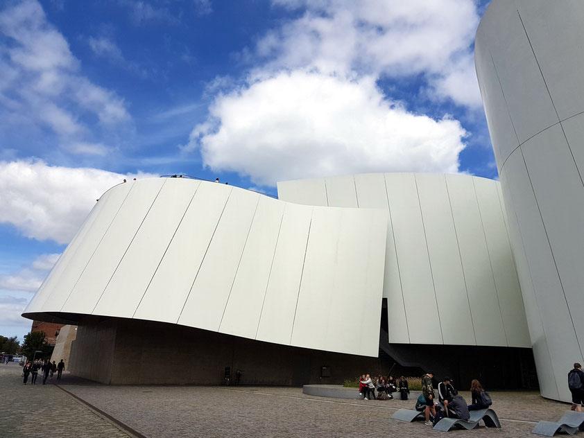 Das Deutsche Meeresmuseum ist mit seiner Außenstelle, dem Ozeaneum am Hafen, eines der meistbesuchten Museen Norddeutschlands.