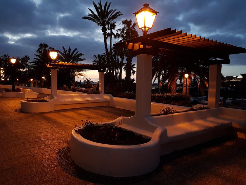 Puerto de la Cruz zur blauen Stunde an der Costa Martiánez
