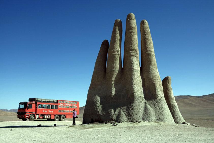 """""""Mano del Desierto"""", eine 1992 geschaffene, 11 m hohe Eisen- und Zementskulptur von Mario Irarrázabal, eine Mahnung, mit den Umweltsünden aufzuhören, damit die Welt nicht überall zu einer Wüste wird"""