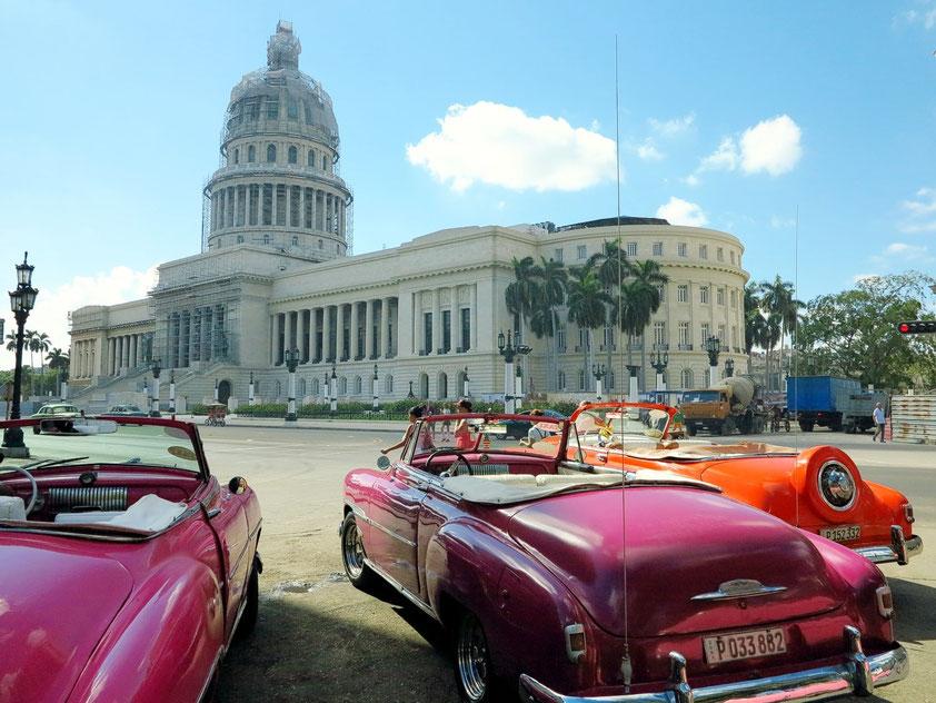 Blick vom Parque Central auf El Capitolio. 1929 als Sitz der Legislative gebaut.  In der äußeren Form ist der im Stile des Klassizismus errichtete Bau wie das US-amerikanische Kapitol in Washington, D.C. dem Petersdom in Rom nachempfunden.