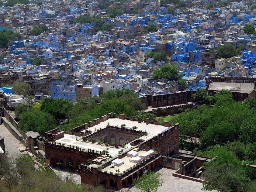 """Jodhpur ist wegen der Farbe seiner Häuser auch bekannt als die """"Blaue Stadt"""", die traditionelle Farbe für die Zugehörigkeit der Bewohner zur Kaste der Brahmanen"""