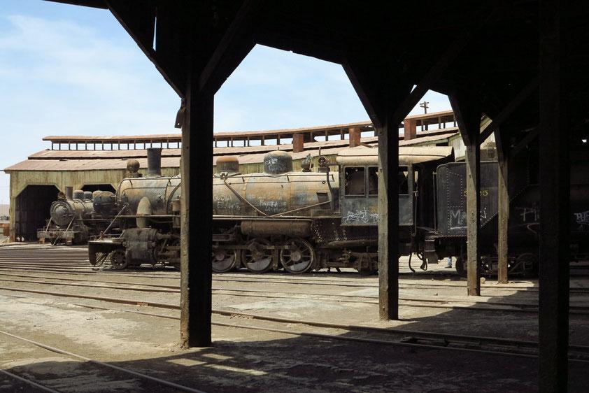 Eisenbahnmuseum (Museo Ferrocarril) in Banquedano, Rundschuppen mit Baldwin-Lokomotiven Typ W und Drehweiche