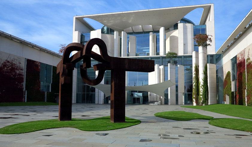 Gebäudeensemble des neuen Bundeskanzleramtes, Entwurf der Berliner Architekten Axel Schultes und Charlotte Frank, 2001 fertiggestellt