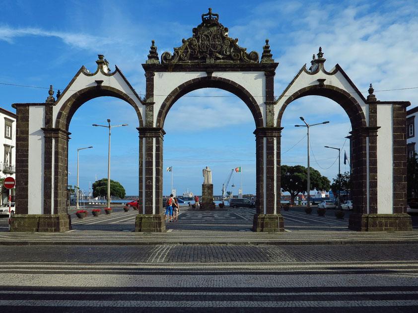 Ponta Delgada. Blick durch das dreibogige Stadttor zum Hafen