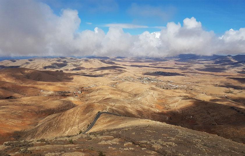 Mirador de Morro Velosa, Blick nach N, Badlands und Ortschaft Valle de Santa Inés