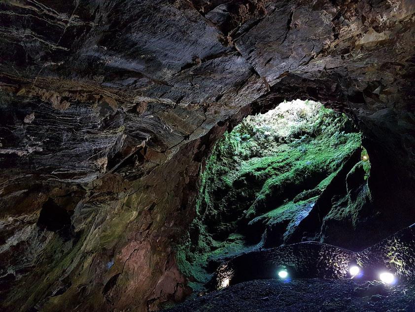 Höhle Algar do Carvão. Über einen Schacht steigt man in den Förderschlot eines erloschenen Vulkans. Haupteingang, gesehen aus der Höhle