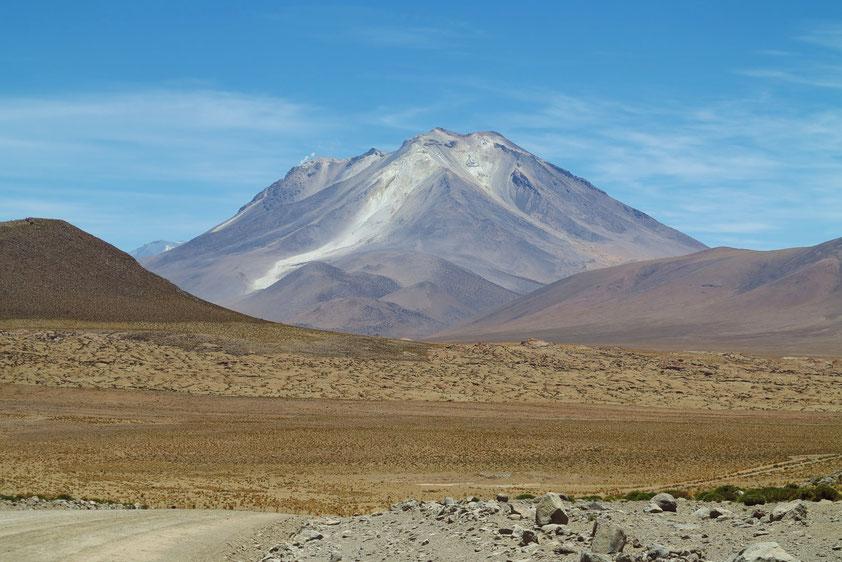 Aktiver Vulkan Ollagüe (5 870 m) an der Grenze von Bolivien und Chile