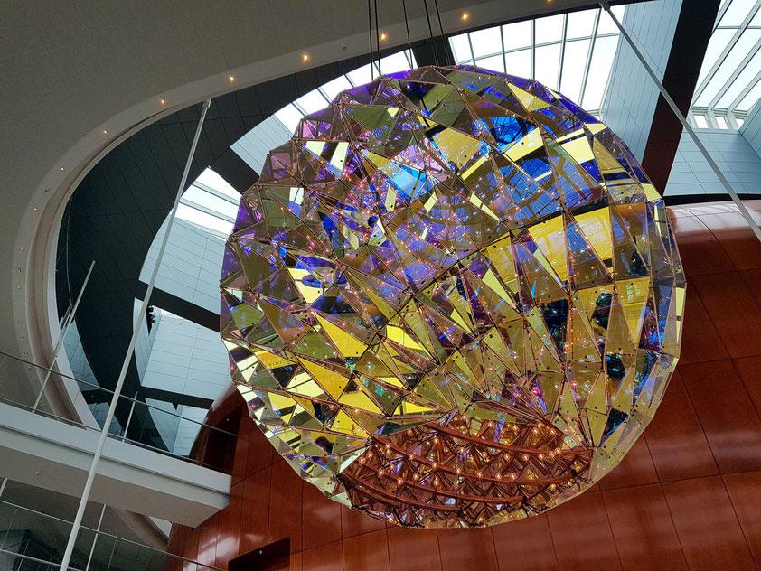 """Foyer des Opernhauses mit drei Kronleuchtern (""""Chandeliers"""") mit dichroitischem Glas (Farbeffektglas) von Ólafur Elíasson"""