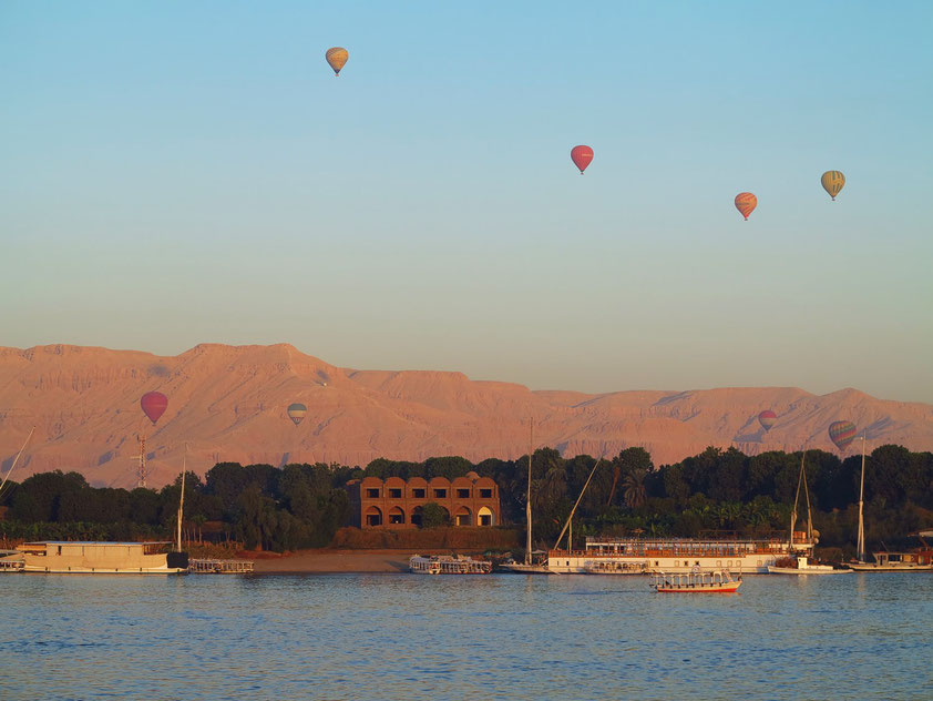 Aufstieg der Freiluftballons im Tal der Könige nach Sonnenaufgang