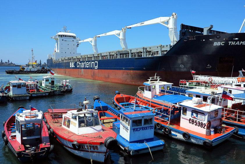 Hafen von Valparaíso. Muelle Prat. Containerfrachtschiff und Barkassen