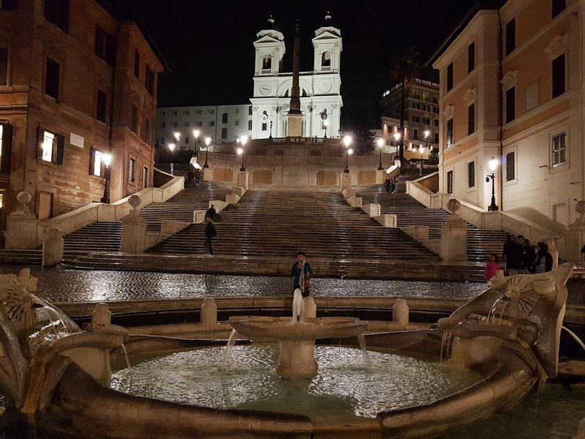 Die leere Spanische Treppe am Abend bei Regenwetter, im Vordergrund die in den Jahren 1628 und 1629 errichtete Fontana della Barcaccia