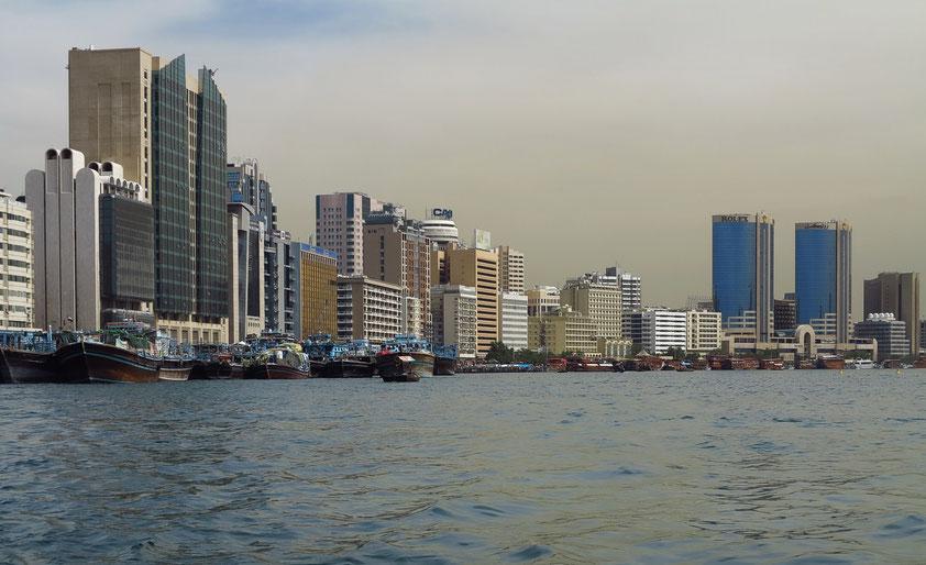 Moderne Hochhausarchitektur am Deira-Ufer des Creek