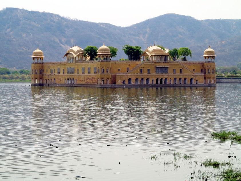 Jaipur, das Schloss Jal Mahal im Man Sagar Lake