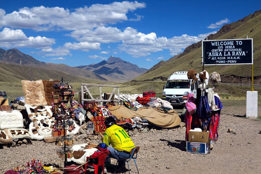 Pause am Pass: Kleidung und Handwerkskunst an Touristenständen