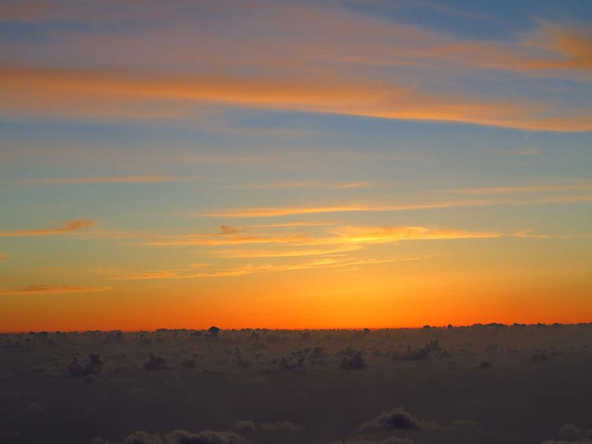 Über den Wolken in 2400 Meter Höhe nach Sonnenuntergang, Blick nach Westen
